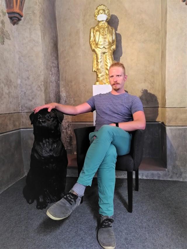 Der neue Stadtschreiber Valentin Moritz mit einem Rottweiler von Ottmar Hörl im städtischen Kulturamt