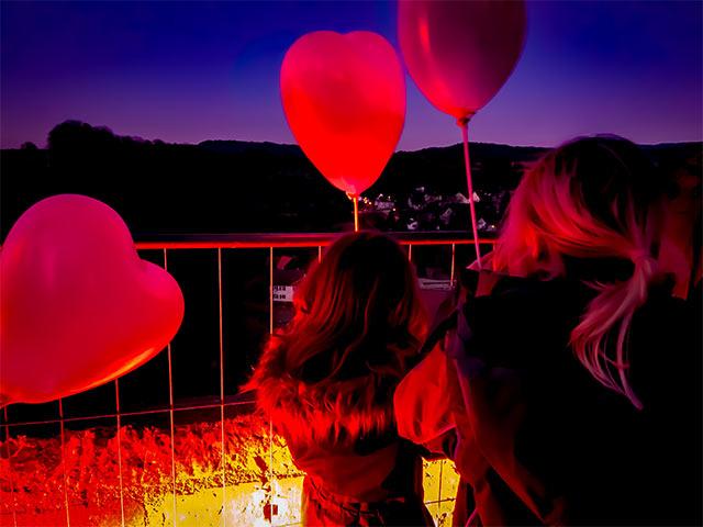 Kinder mit Luftballon-Herzen